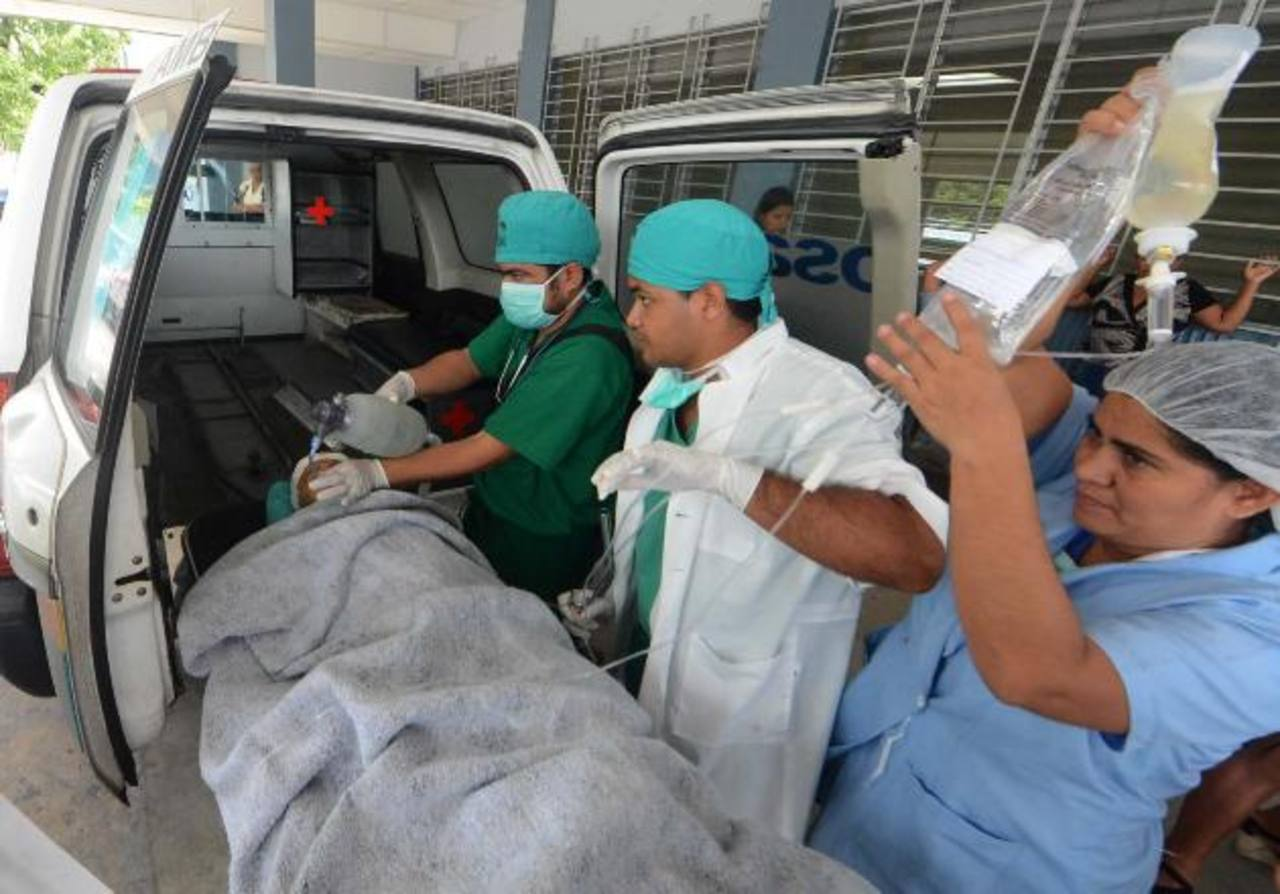 Médicos del hospital de Santa Teresa de Zacatecoluca atienden a un niña de 11 años que sufrió un impacto de bala en la cabeza. foto edh / ARCHIVO