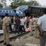 Rescatistas y agentes de seguridad junto a los restos de un choque entre el tren de pasajeros Gorakhpur Express y un tren de carga estacionado cerca de Basti, India.
