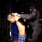 Uno de los pandilleros capturados en San Salvador.
