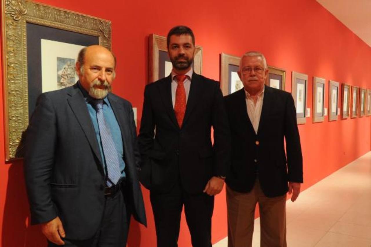 El curador, Federico Fernández junto al consejero de Cultura, Fernando Villena y el Director del Marte, Roberto Galicia foto EDH /Miguel VILLALTA