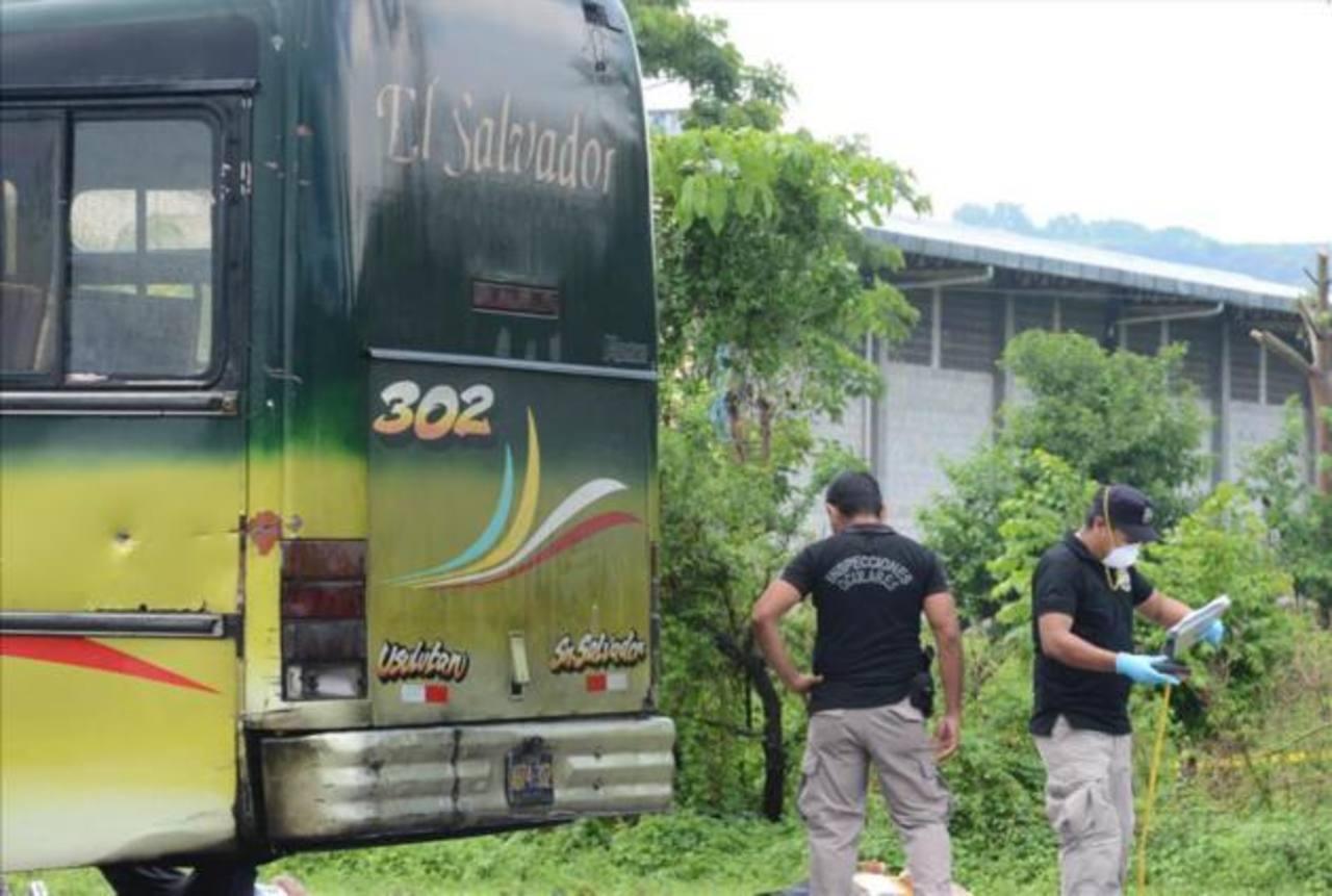 Seis muertos tras ametrallamiento de bus en Comalapa.