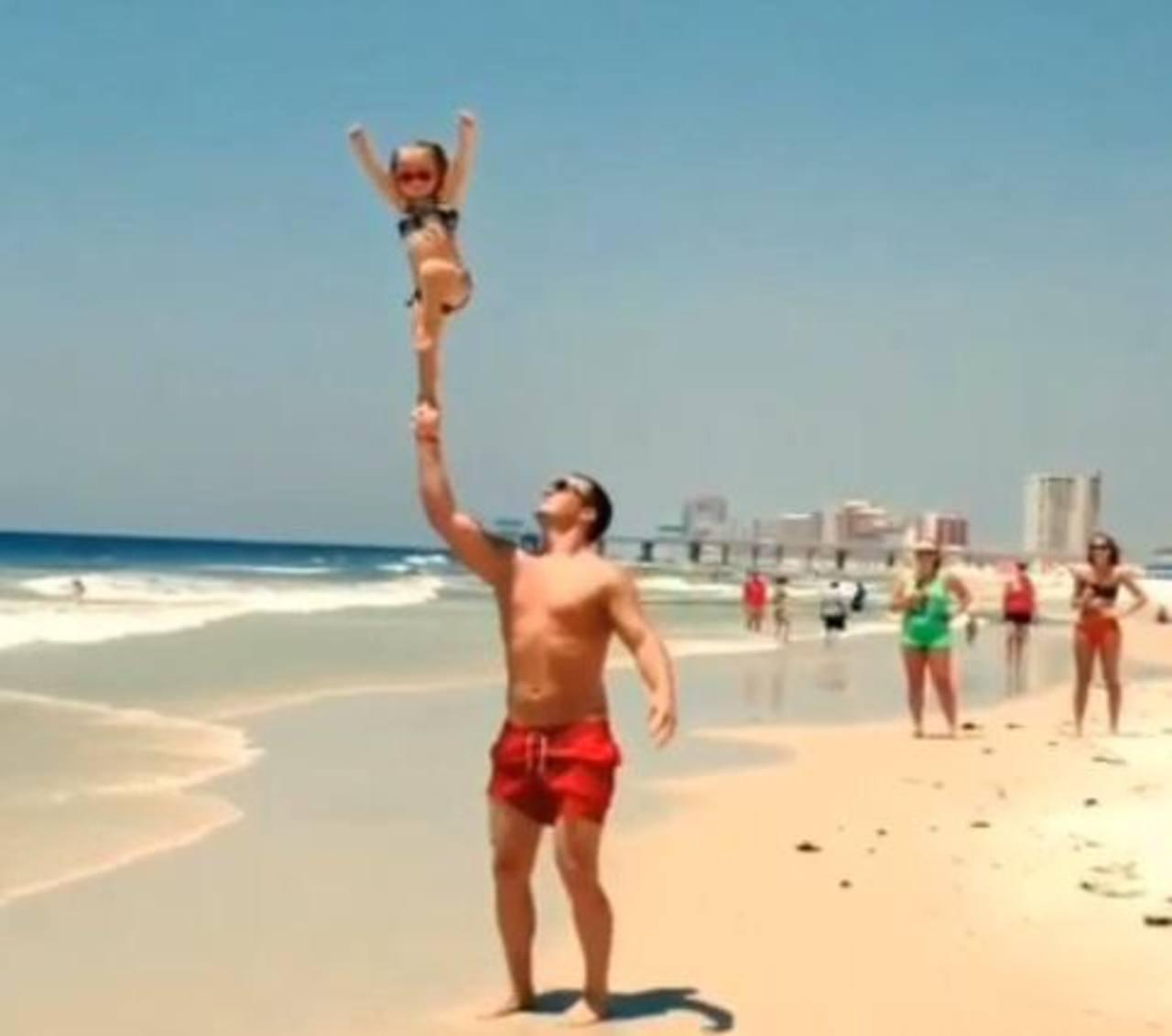 La pequeña acróbata en la playa se ha robado miles de clicks en su video