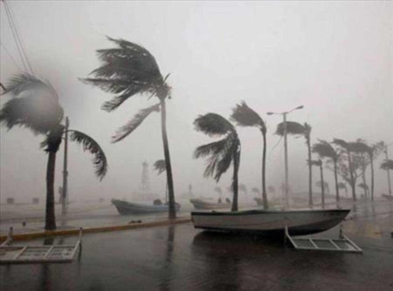 Huracán Amanda avanza debilitado frente a costa del Pacífico mexicano
