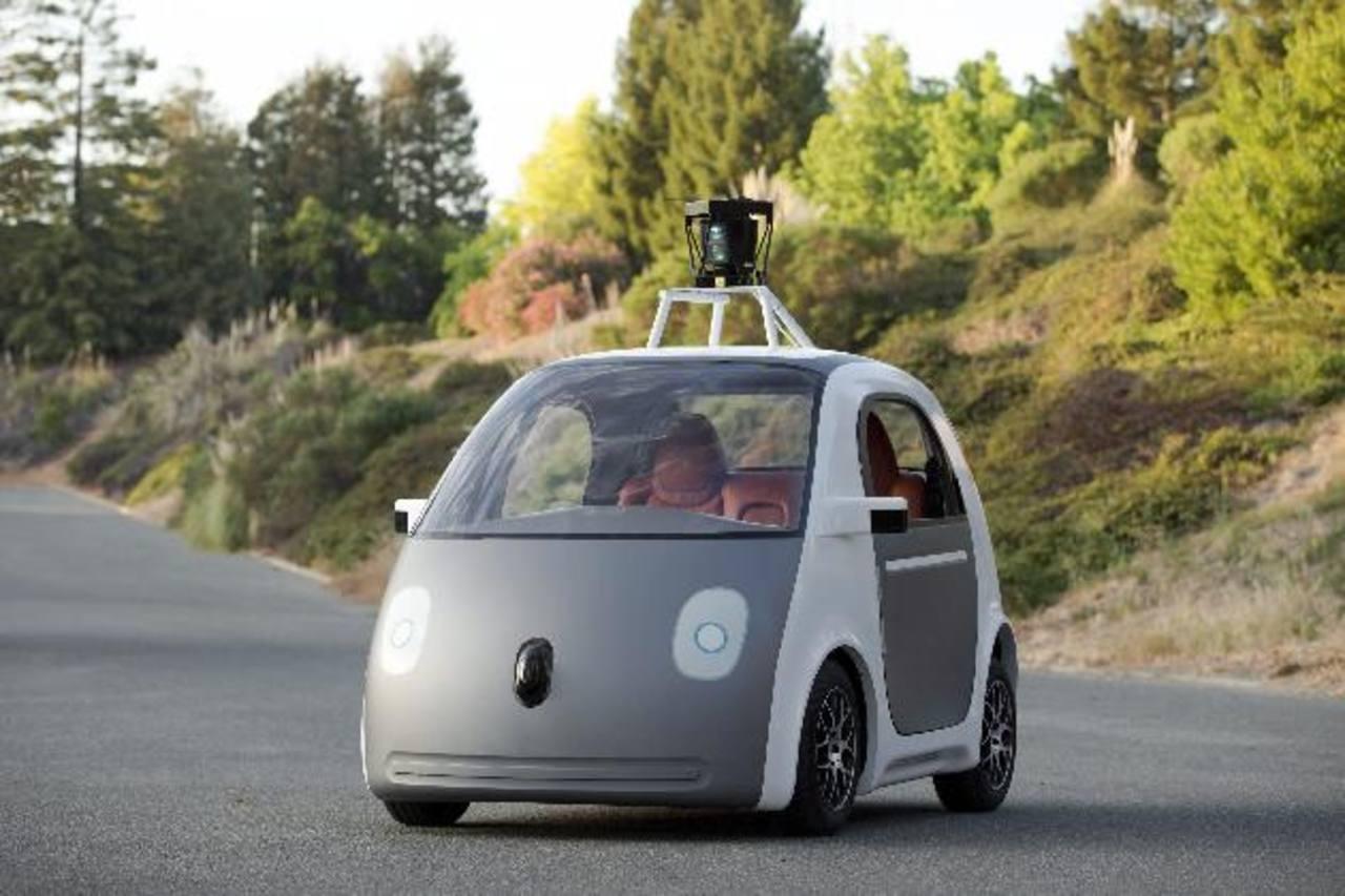 Google mostró un modelo de vehículo autónomo, capaz de circular sin ser conducido por un humano, diseñado por la propia empresa y que carece de elementos como el volante o los pedales de freno y acelerador.