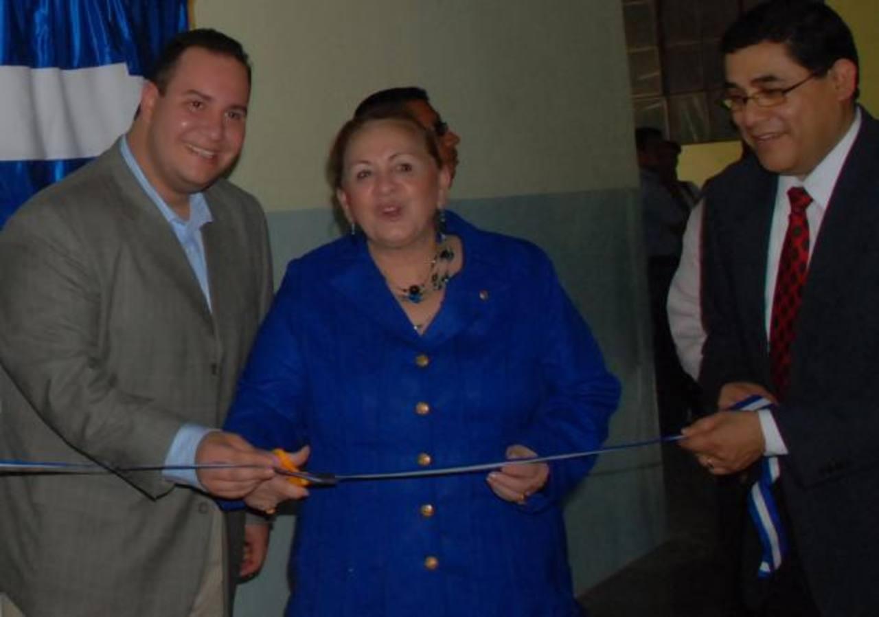 La señora Mirna Cartagena de Funes, madre del presidente Mauricio Funes, durante la inauguración de la Unidad de Terapia Intensiva del Hospital San Juan de Dios de Santa Ana, en 2009