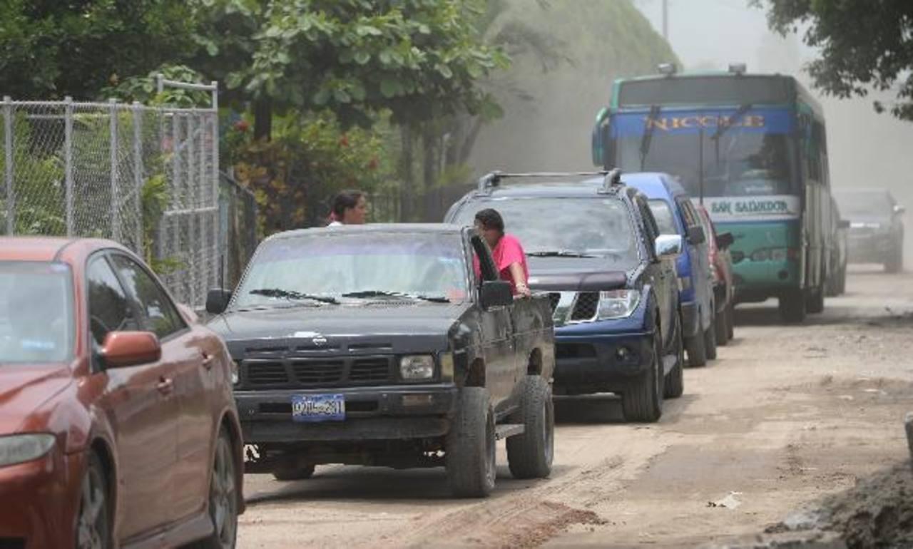 El tráfico se vuelve pesado en algunos tramos de las calles urbanas del municipio. Fotos EDH/Claudia Castillo.