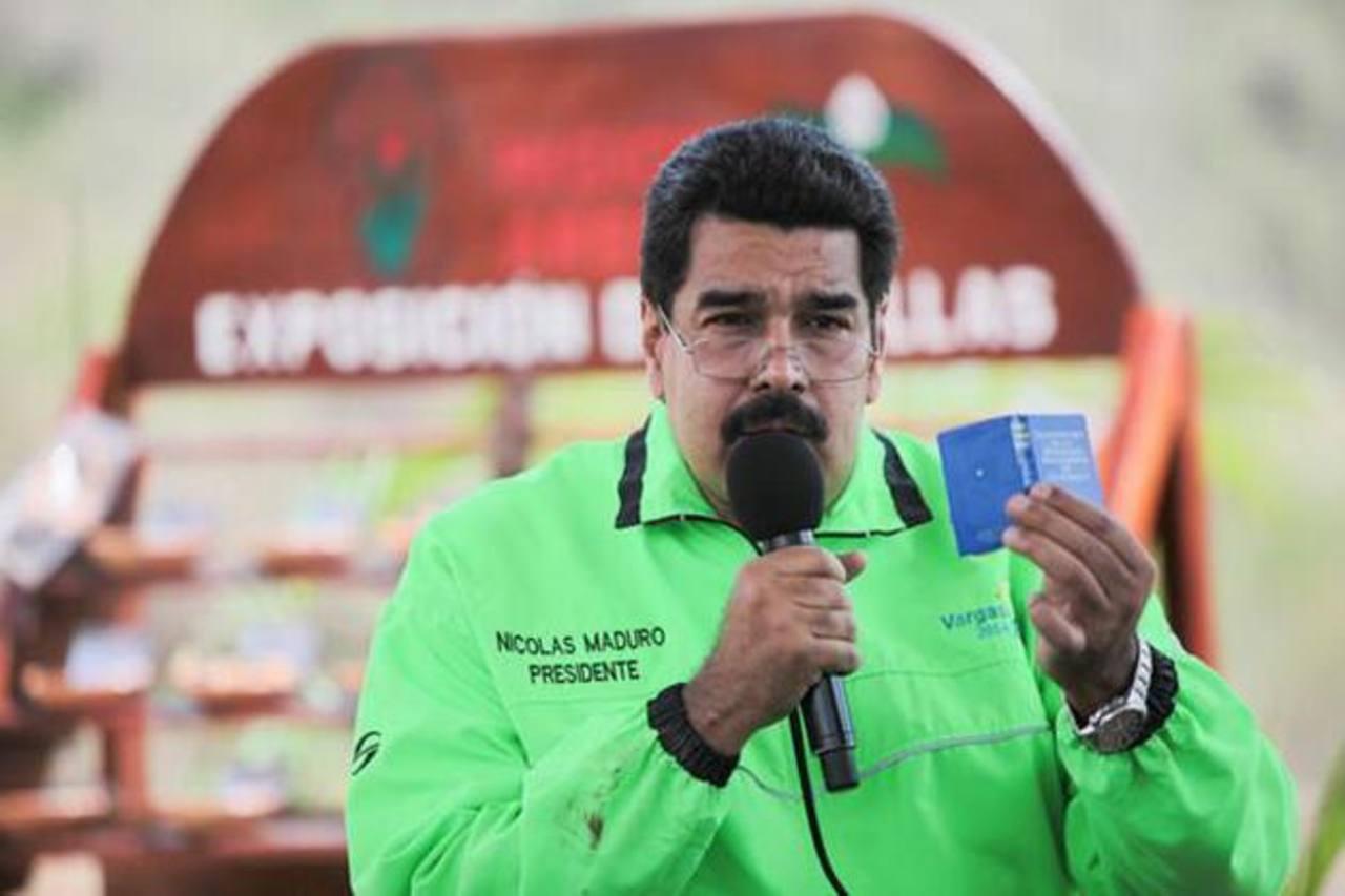 Desde 2013, Nicolás Maduro acusa a la oposición de la escasez que vive el país. Uno de los productos que comenzaron a hacer falta en los anaqueles fue el papel higiénico. Foto edh / internet