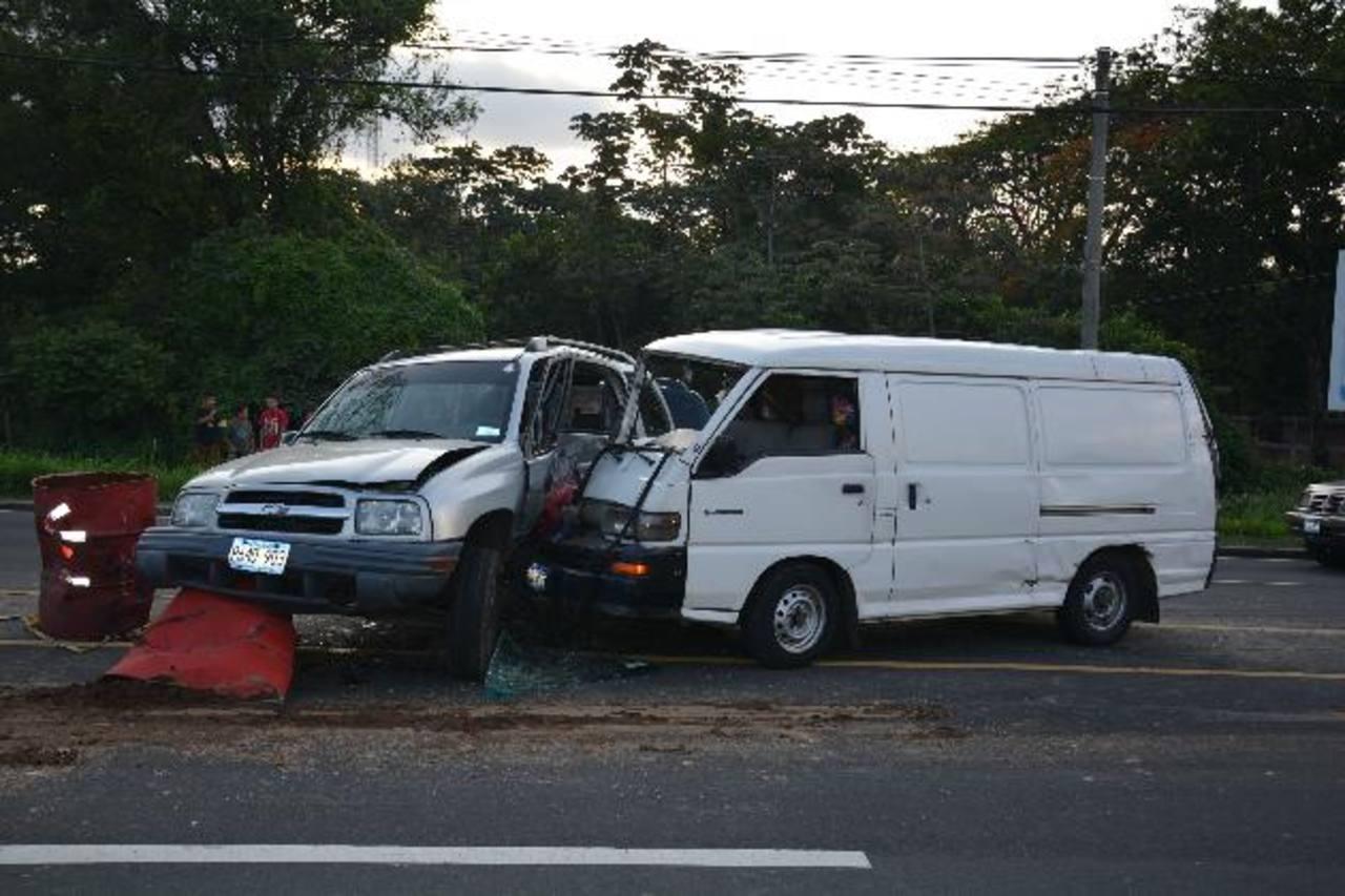 La Policía registra al menos 15 accidentes de enero a la fecha, en el sitio donde la alcaldía y la empresa privada construyen un redondel. Foto EDH / Cristian Díaz