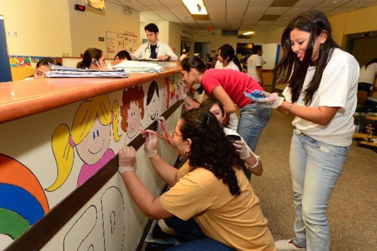 Las huellas de solidaridad de los voluntarios quedan en los sitios donde aportan su talento y tiempo. Fotos EDH/jorge Reyes