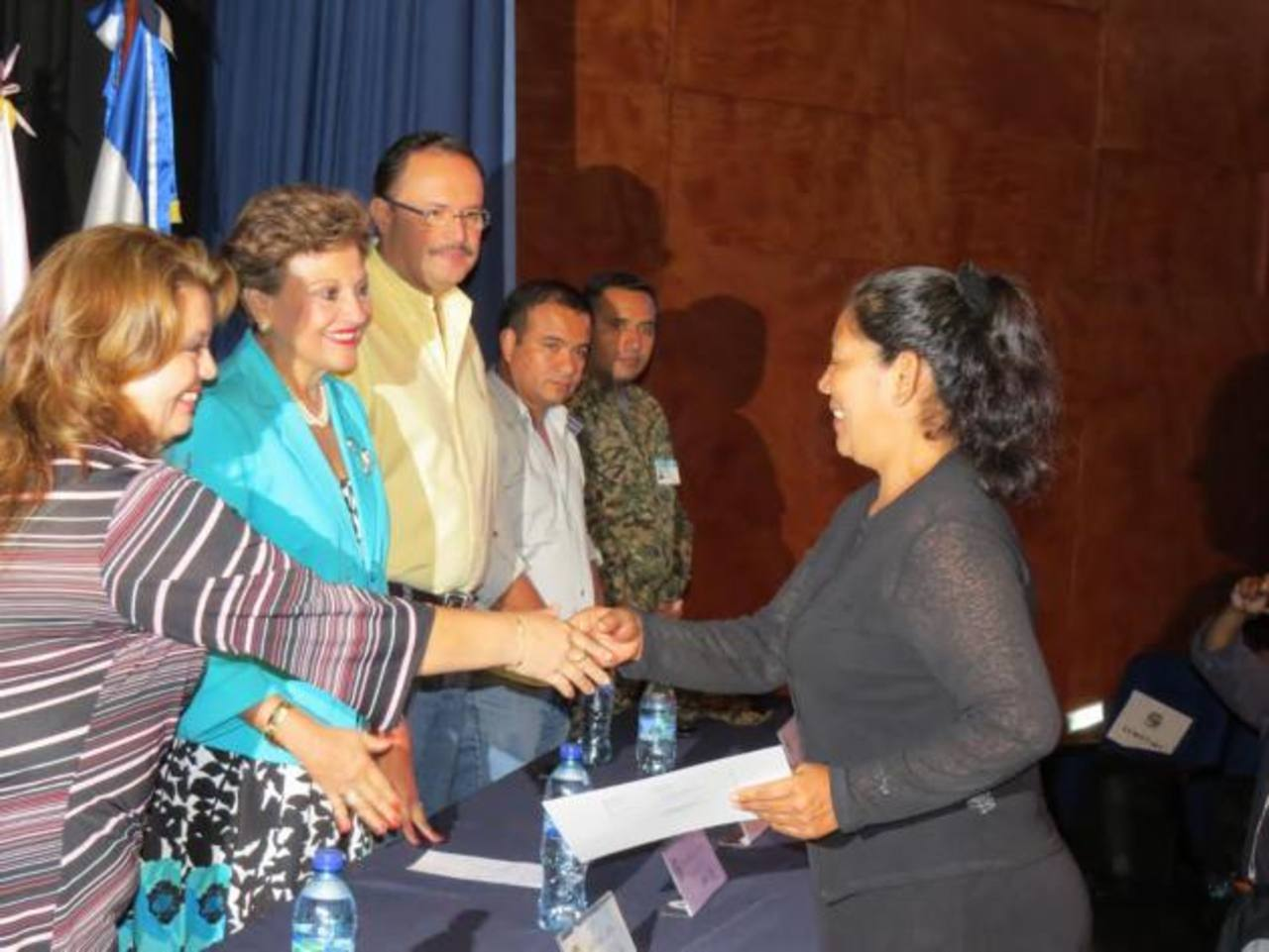 El acto de graduación se llevó a cabo en el Centro para la Cultura y las Artes Dr. Alfredo Espino, de Ahuachapán. Foto EDH / Roberto Zambrano
