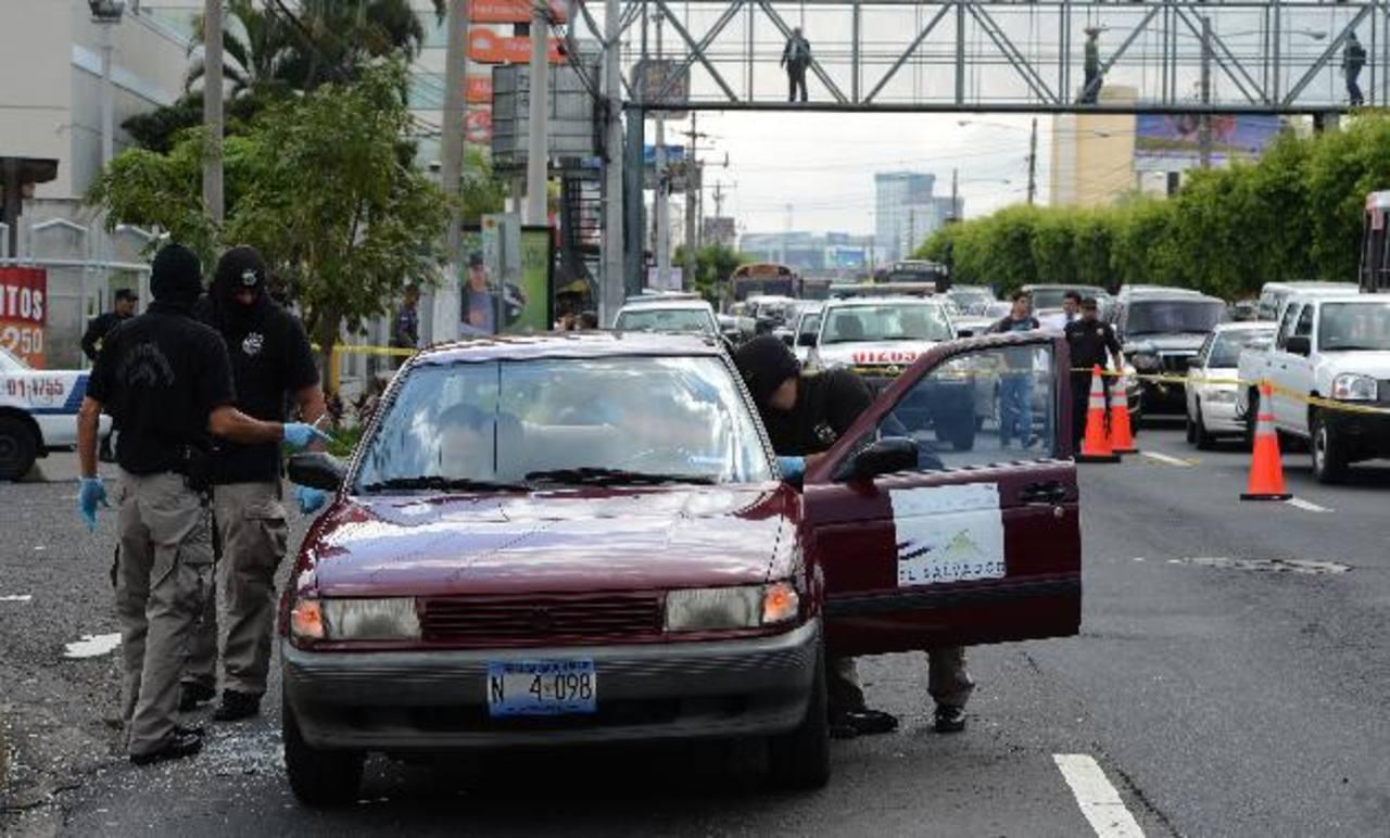 En este vehículo del Ministerio de Hacienda viajaba el consultor peruano. Regresaba de cobrar su salario. Foto EDH /Archivo.