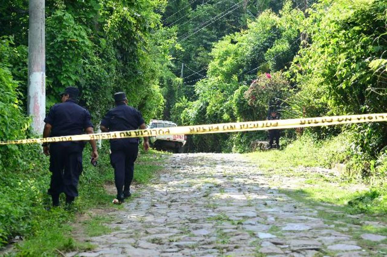 Policías inspeccionan la escena del doble homicidio ocurrido ayer en el barrio El Calvario en el municipio de Villa El Carmen, Cuscatlán. Una de las víctimas era un presunto pandillero que se había salvado de un triple asesinato en San Pedro Perulapá