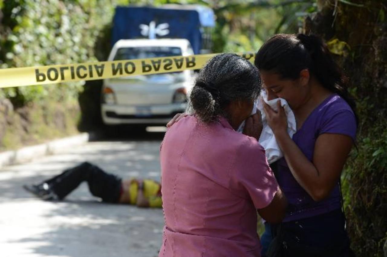 Cientos de personas lloraron a sus parientes que fueron asesinados en colonias, barrios y pueblos. Entre las víctimas hubo muchas personas de provecho para el país.