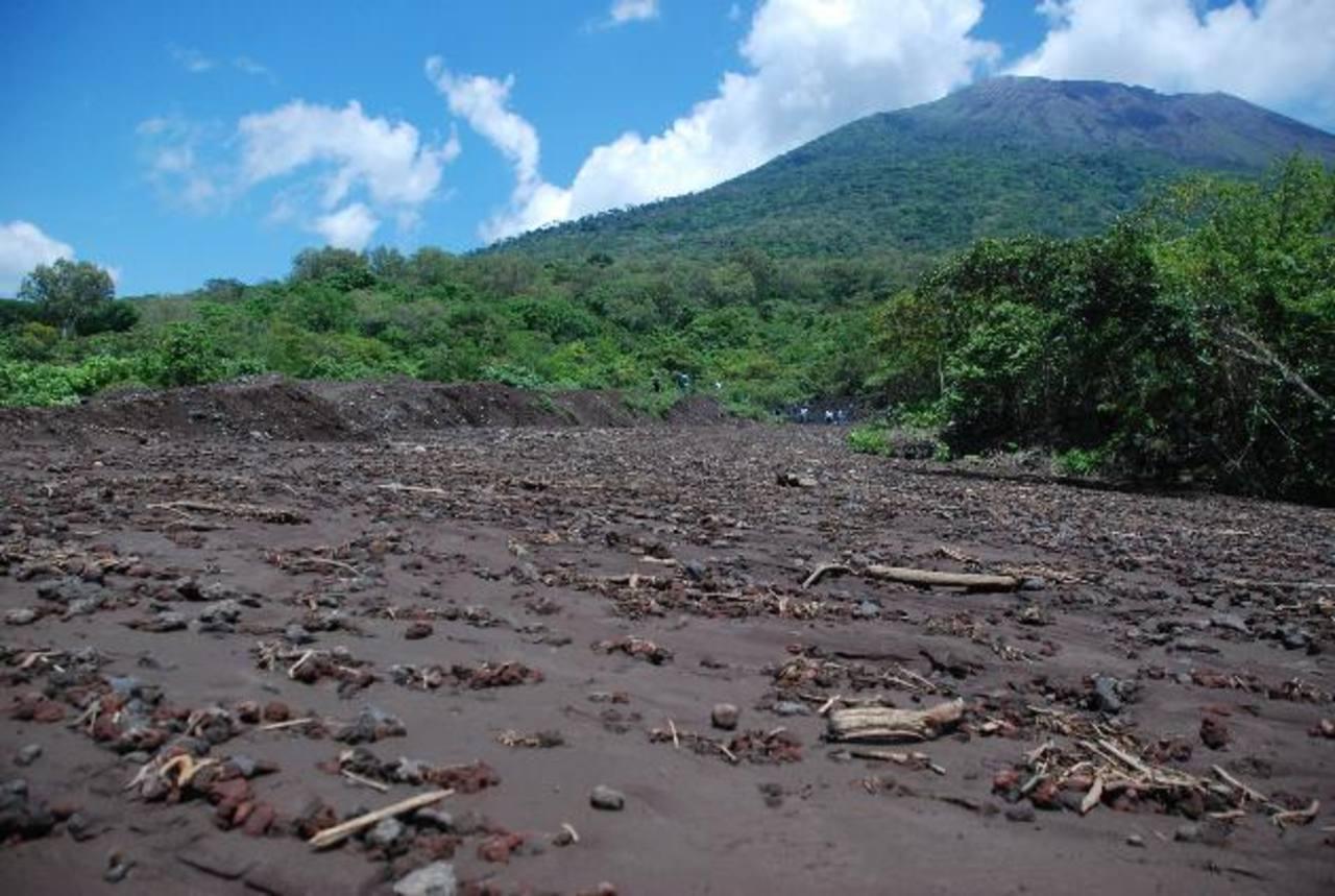 El material volcánico llegó hasta la calle del cantón El Carreto y cubrió por lo menos cuatro kilómetros de la misma. Foto EDH