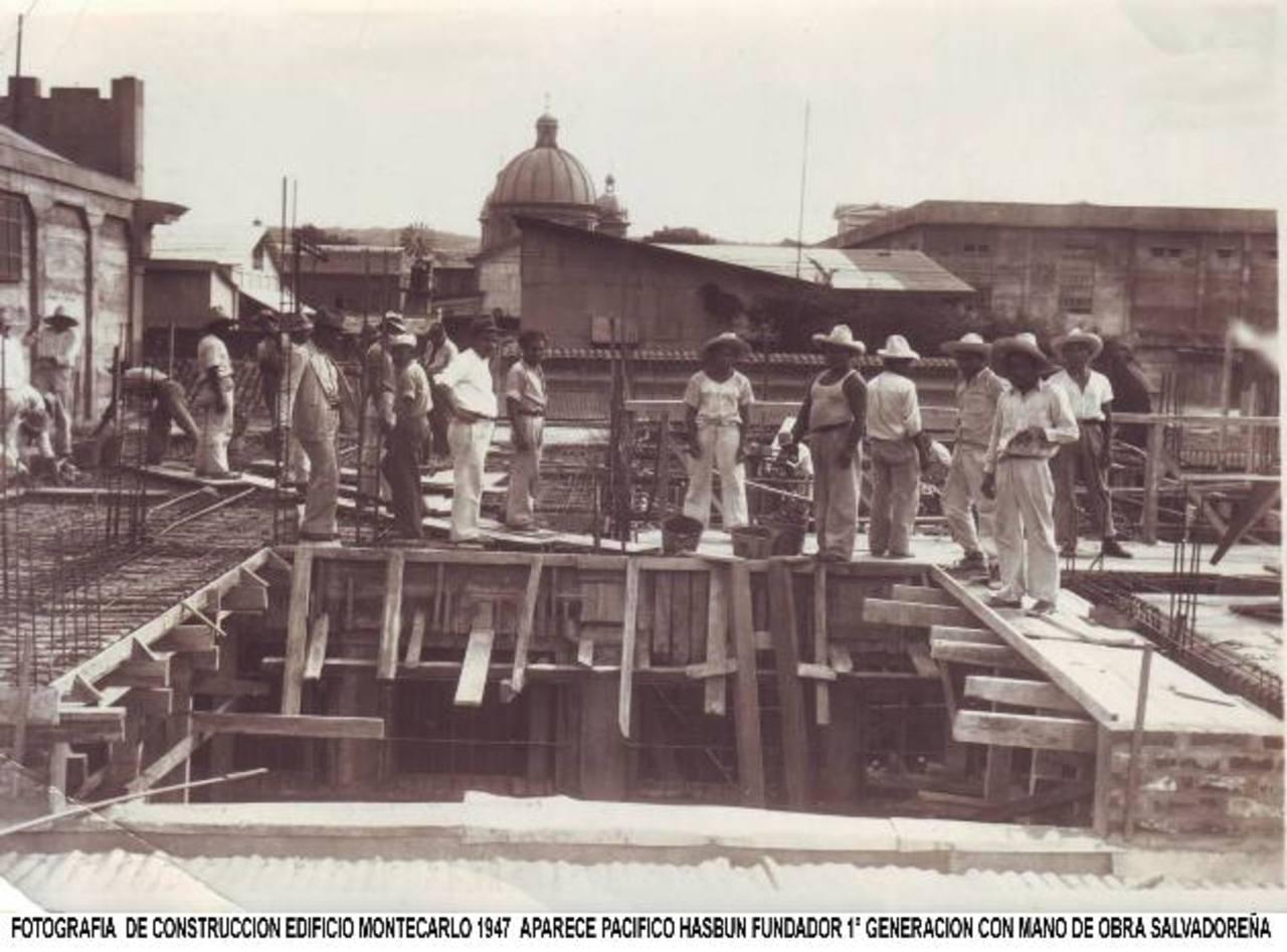 Trabajo de construcción de edificio Montecarlo, en el centro de San Salvador, 1947. Foto edh / Cortesía