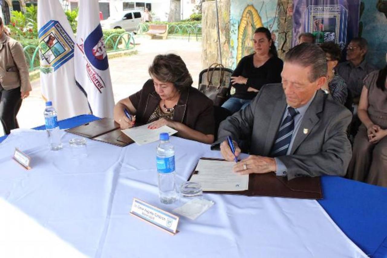 La alcaldesa Milagro Navas y el rector de la USAM, dr. César Augusto Calderón, durante la firma. foto edh /cortesía