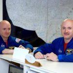 Los astronautas gemelos Mark Kelly (derecha) y Scott Kelly (izquierda), en una base cerca del Centro Espacial Johnson en Houston.
