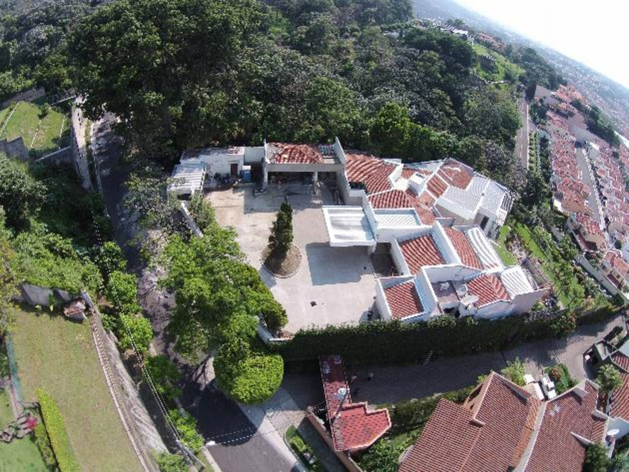 La extensión del terreno ha permitido construir una residencia con todo tipo de detalles, múltiples habitaciones y otros espacios.