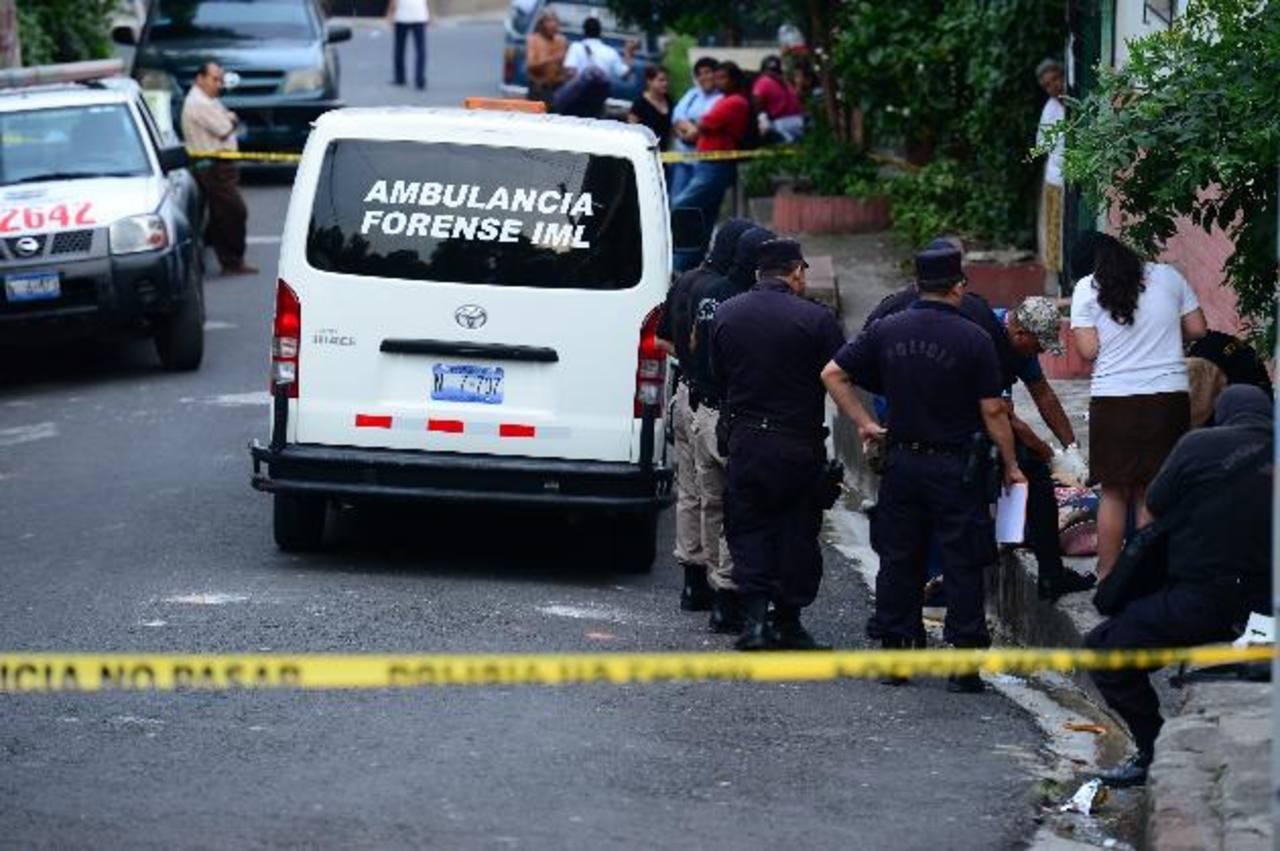 La tarde de ayer se registró un tiroteo en Ayutuxtepeque, un vendedor de cosméticos se enfrentó a pandilleros de la 18, él estaba armado y resultó muerto. Foto EDH jorge reyes