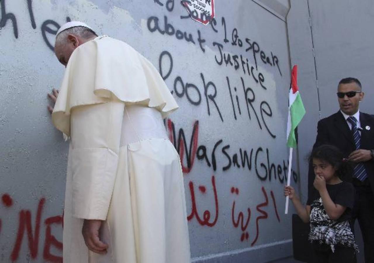 Papa Francisco reza en muro en Belén y pide por la paz en Oriente Medio