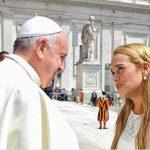 El Papa con la venezolana Lilian Tintori ayer en el Vaticano durante la audiencia general. Foto edh / tomada de El Universal