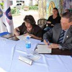 La alcaldesa Milagro Navas y el rector de la USAM, dr. César Augusto Calderón durante la firma. foto edh /cortesía