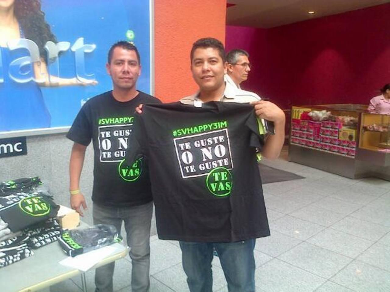 Los promotores venden camisetas a $10.00