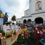 Los devotos católicos acompañaron a la imagen de la Virgen María Auxiliadora en una procesión. foto edh / jaime anaya