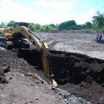 Maquinaria pesada hizo trabajo de remoción de escombros de los reservorios que hay en el volcán. Foto edh / Carlos Segovia