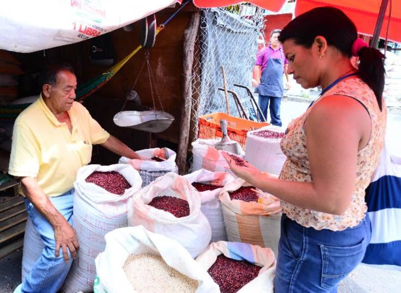 Ricardo Maldonado y Mercy Gómez coinciden en que el precio del frijol se mantiene alto. Foto EDH/Omar Carbonero