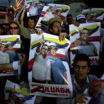 Seguidores del candidato opositor Óscar Iván Zuluaga, quien está en empate técnico con Santos, según sondeos. edh / efe