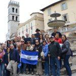 Como en todas partes hay salvadoreños, estos peregrinos andaban de visita en Asís, bajo la guía del dirigente católico laico Mario Alfaro.