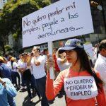 Empleados de agencias de viajes venezolanas protestaron ayer contra el gobierno porque no paga la deuda y eso afectará sus empleos. foto edh / Reuters