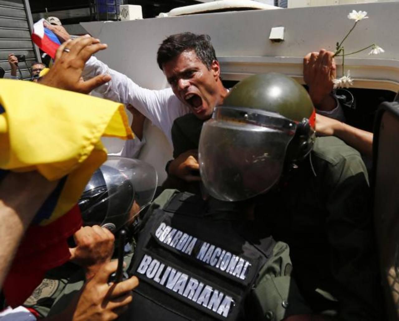 Al opositor venezolano Leopoldo López (arriba) le han restringido las visitas en la cárcel militar donde permanece desde el pasado 18 de febrero. foto edh / archivo