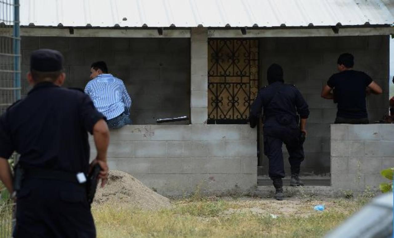 Esta es la casa donde se enfrentaron ayer policías y mareros, en Zacatecoluca. El procesamiento de la escena duró más de 12 horas. Foto EDH / Jaime Anaya.