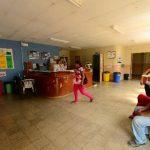 Varios pacientes esperan atención en la sala de emergencias del hospital de Suchitoto. Fotos EDH/ Omar Carbonero
