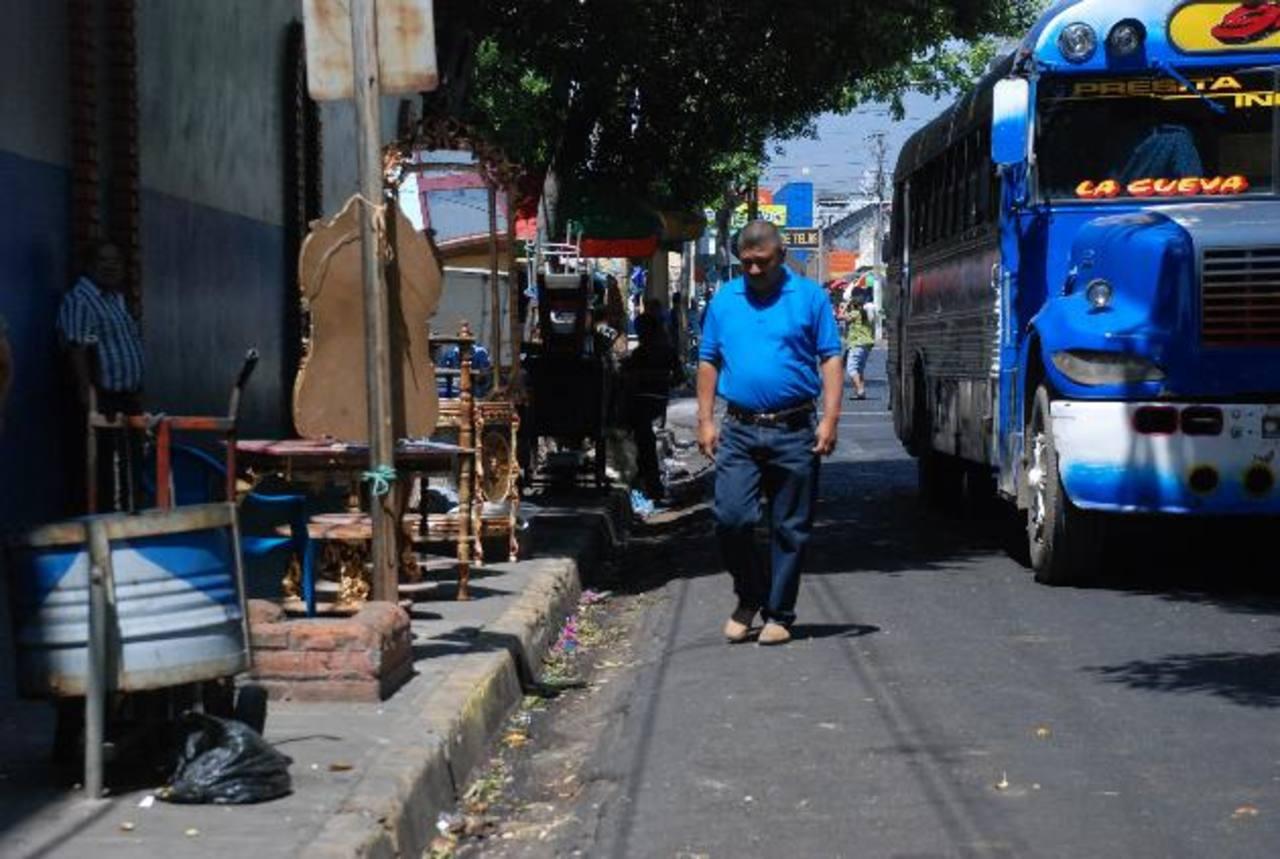 Las ventas informales estaban ubicadas sobre la 4a. Calle desde hace mucho. foto edh / Lucinda Quintanilla