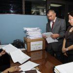 El jefe de la unidad de Investigación de Delitos Financieros y dos fiscales más llegaron, ayer, al Juzgado Primero de Paz para solicitar se acuse al expresidente Francisco Flores por tres delitos. Foto EDH / Cortesía juzgados.