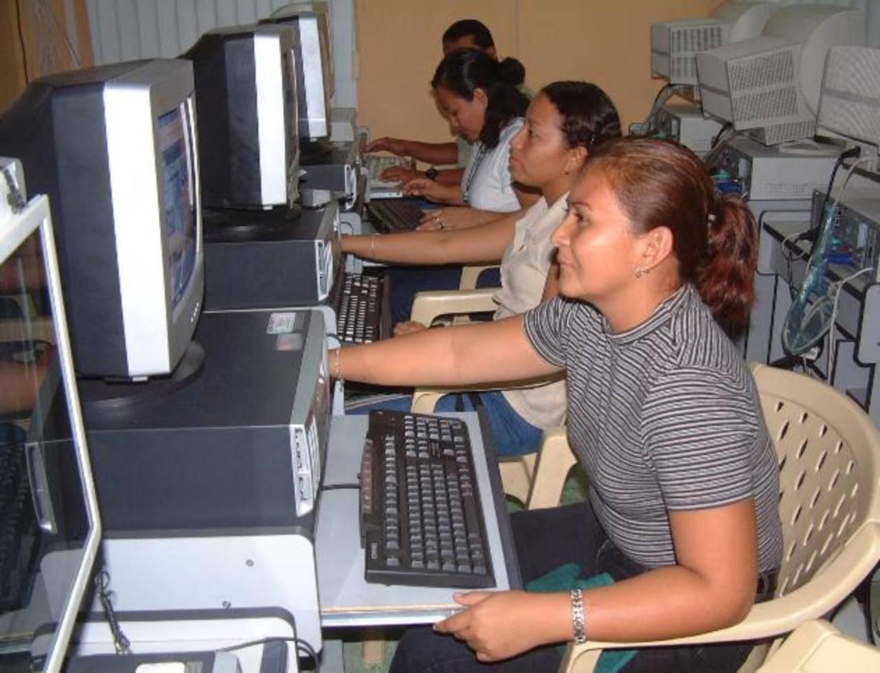 La educación virtual favorece a los adultos que, por distintas razones, no pudieron terminar sus estudios de enseñanza media en el sistema regular. Foto EDH/archivo