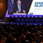 El presidente de la FIFA, Sepp Blatter, es visto en pantalla gigante mientras habla durante el 65o. Congreso de la FIFA, hoy miércoles 11 de junio, en Sao Paulo, Brasil.