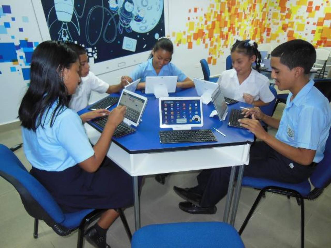 Alumnos de una escuela en Panamá estudian en el salón especial equipado con tabletas Samsung y ambientado por esa empresa. Foto de Expansión/Cortesía de Glasswing.