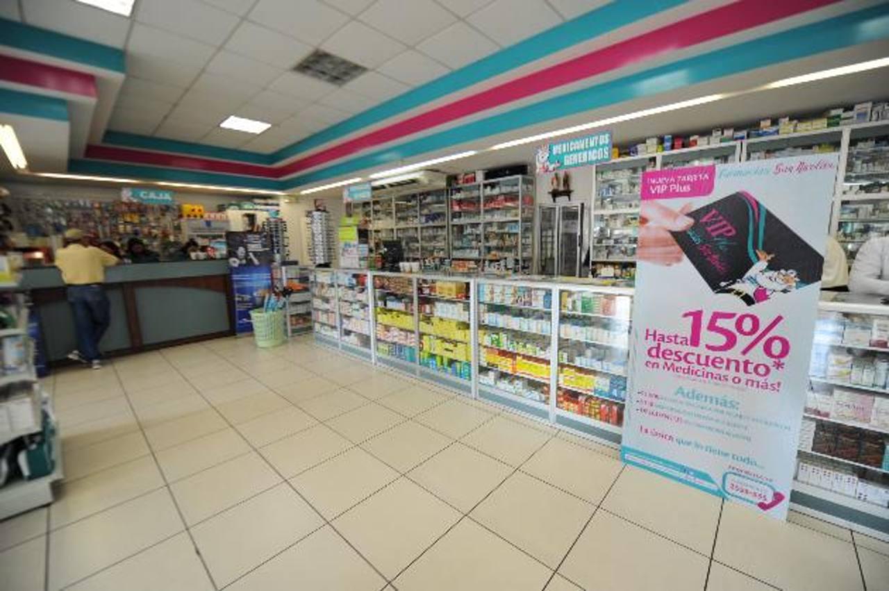 Vista de la sucursal de Farmacias San Nicolás ubicada en la zona de Santa Elena, en Antiguo Cuscatlán, que ofrece servicio las 24 horas del día.