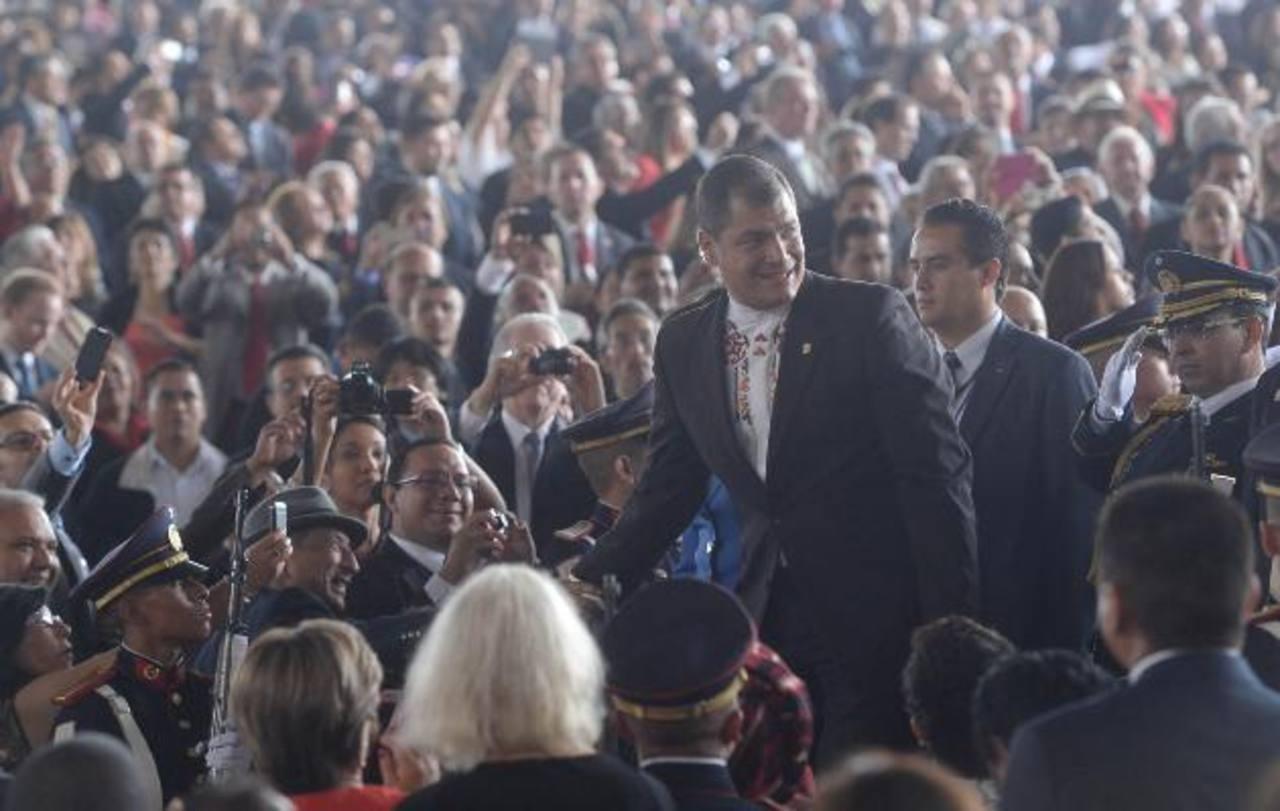 El presidente de Ecuador, Rafael Correa, saluda a los presentes en traspaso presidencial