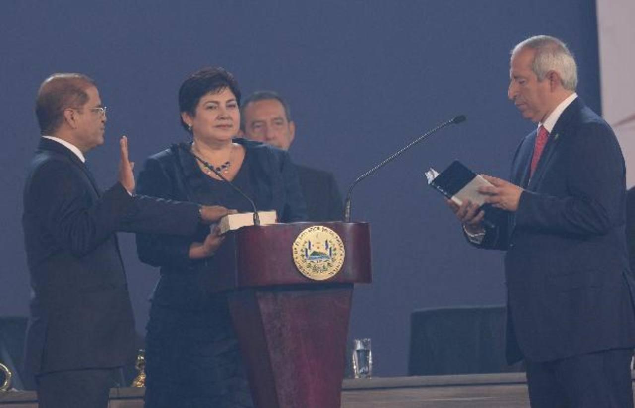 Óscar Ortiz, con su mano sobre la Biblia que sostiene su esposa Elda, es juramentado como Vicepresidente del país por el titular del Congreso, Sigfrido Reyes. Foto EDH / Marvin Recinos