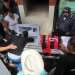 Una mujer llora sobre el ataúd de Carlos Antonio Rodríguez Escobar, asesinado el pasado domingo en la cancha de colonia El Barrial. fotos edh / Jorge Beltrán luna