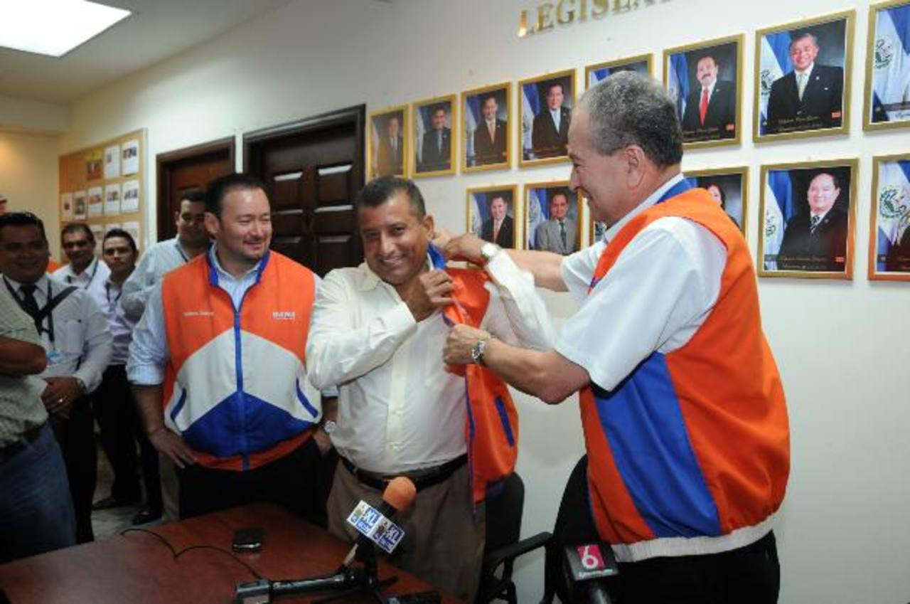 Andrés Rovira pone a Jesús Grande el chaleco de Gana.
