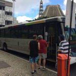 Nuevos y elegantes buses recorren las calles del país sudamericano a altas velocidades.