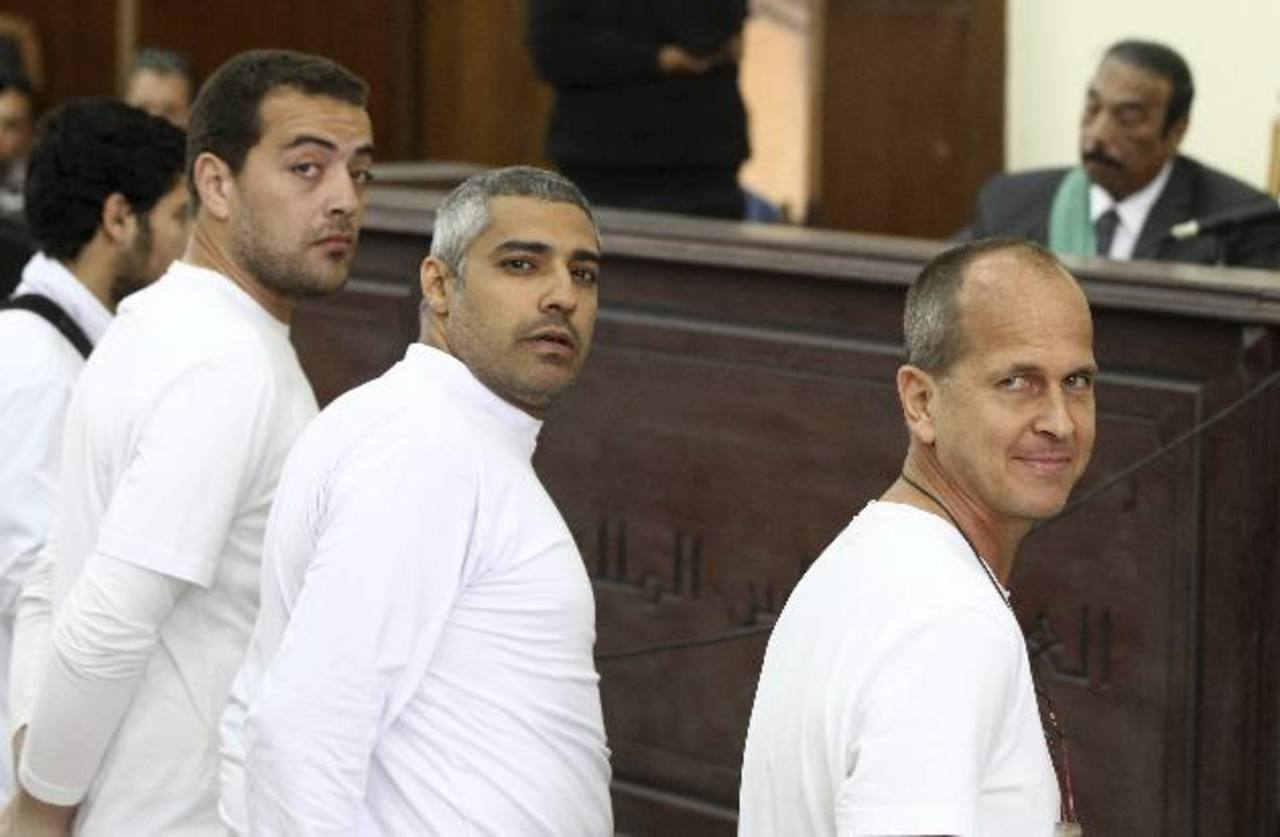 Peter Greste (dcha), Mohamed Fahmy (c) y Baher Mahmoud en el banquillo de los acusados en el Cairo. foto edh /efe