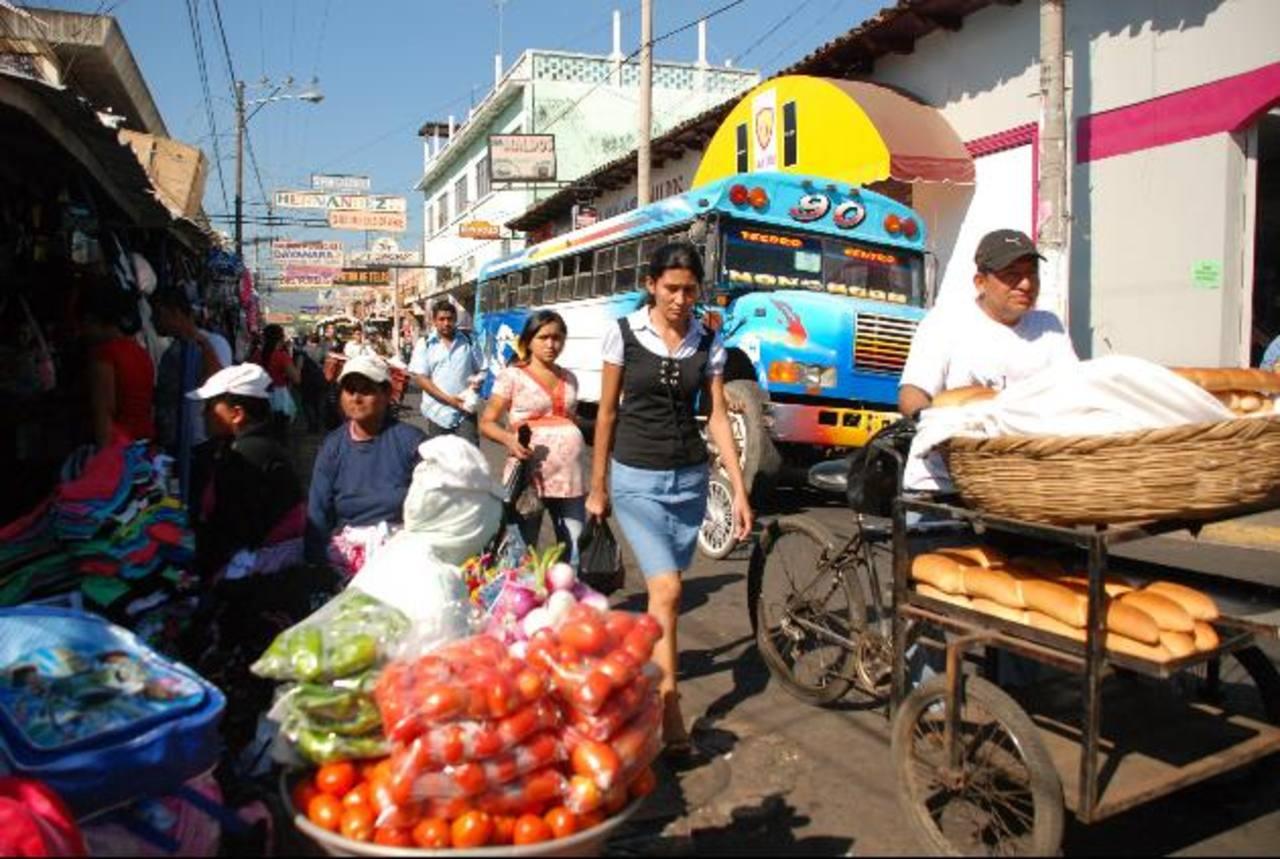 La 2a. Calle Oriente, en el centro de San Miguel, es una de las de mayor circulación vial y de saturación de ventas a orillas de la vía. No hay comunicación entre edil y el VMT foto edh / archivo