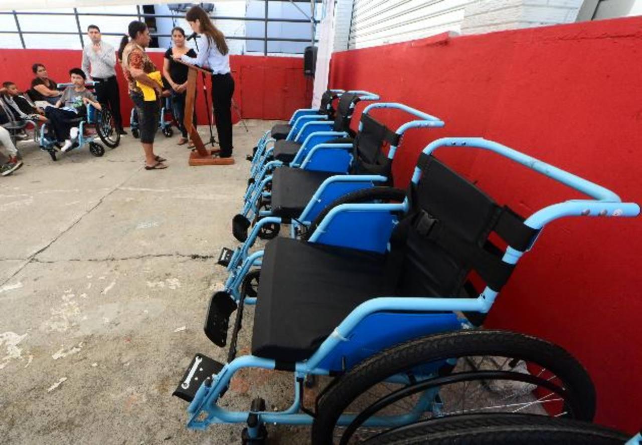El donativo fue otorgado a personas de escasos recursos económicos. Foto EDH / Éricka chÁvez